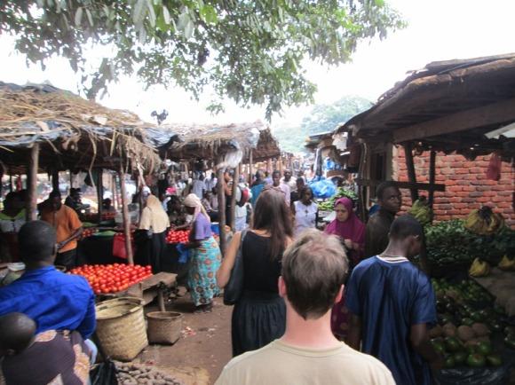 Berbelanja di Pasar Tradisional selalu menjadi kegiatan yang menyenangkan.