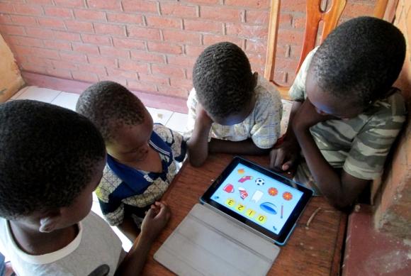 Anak-anak di sekitar rumah saya, sedang bermain komputer tablet milik saya.